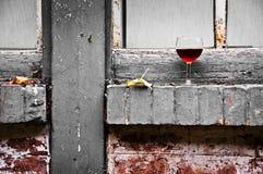 Aún vida urbana con un vidrio de vino Fotografía de archivo libre de regalías