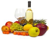 Aún-vida - vino y frutas en el fondo blanco Foto de archivo