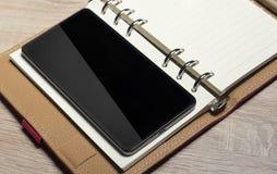 Aún-vida y smartphone de la oficina Imágenes de archivo libres de regalías