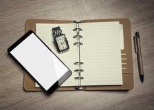 Aún-vida y smartphone de la oficina Fotos de archivo libres de regalías
