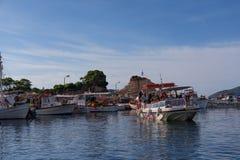 Ażio Sostis, Zakynthos wyspy, Grecja †'Wrzesień 24, 2017: Łodzie w Laganas ukrywają na lato chmurnym dniu Fotografia Stock