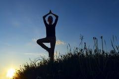 A平衡的瑜伽位置的十几岁的女孩 库存照片