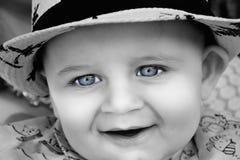 A年轻婴孩是在黑白与明亮的蓝眼睛 为儿童或父母身分概念使用它 免版税库存图片