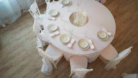 A服务了与有板材和餐巾的一块白色布料的桌 股票录像
