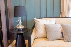 A浅褐色的枕头的内部图片在米黄织品sof的 免版税库存照片