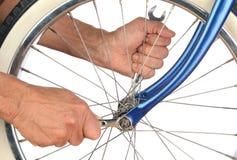 拉紧自行车车轮的特写镜头人 免版税库存图片