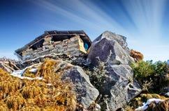 a的小屋在岩石/山 免版税库存照片