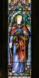 A的彩色玻璃关闭在圣洁十字架的教会里 库存照片