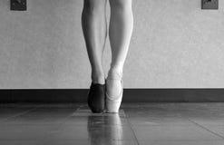 A舞蹈家` s爱作为一个的跳芭蕾舞者和爵士乐舞蹈家的黑白版本 免版税库存图片