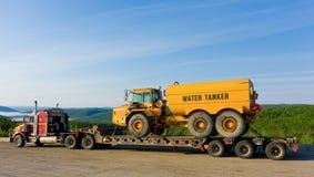 a被拖拉的水卡车半沿阿拉斯加高速公路 免版税库存照片