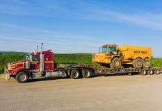 a被拖拉的水卡车半沿阿拉斯加高速公路 图库摄影