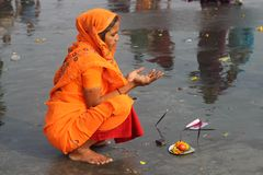 Free A Hindu Woman Praying At The Ganges . Royalty Free Stock Photo - 167181835