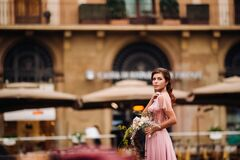 Free A Young Beautiful Bride Stands At The Center Of The Old City Of Florence In Italy. Bride In A Beautiful Pink Dress With A Bouquet Royalty Free Stock Images - 186900599