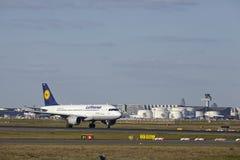 Авиапорт Франкфурта - аэробус A319-100 Люфтганзы принимает  Стоковое Изображение RF