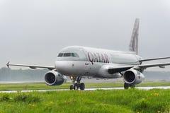 卡塔尔航空公司空中客车A320乘出租车 免版税库存图片