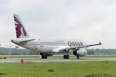 卡塔尔航空公司空中客车A320乘出租车 库存图片