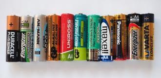 AA-Batterien vieler verschiedenen Marken Stockfotografie