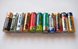 Aa-batterijen van vele verschillende merken Stock Fotografie