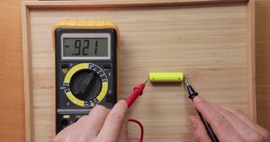 AA battery cell voltage checking