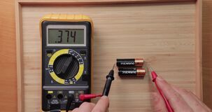 AA battery cells voltage checking