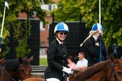 AABENRAA, DÄNEMARK - 6. JULI - 2014: Teilnehmende Reiter in einer Gleichheit Stockfotos