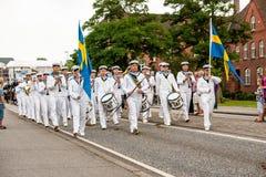 AABENRAA DANMARK - JULI 6 - 2014: Svensk tambourkår på PA Royaltyfri Bild