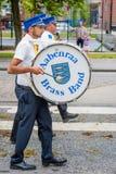 AABENRAA DANMARK - JULI 6 - 2014: Tambour kår på en ståta på royaltyfri bild