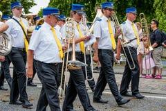 AABENRAA DANMARK - JULI 6 - 2014: Tambour kår på en ståta på Arkivbild