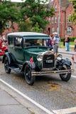 AABENRAA DANMARK - JULI 6 - 2014: Veteranbil på en ståta på th arkivbild