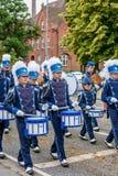 AABENRAA, DENEMARKEN - JULI 6 - 2014: Tambourkorpsen bij een parade bij royalty-vrije stock foto