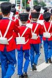 AABENRAA, DENEMARKEN - JULI 6 - 2014: Tambourkorpsen bij een parade bij royalty-vrije stock afbeelding