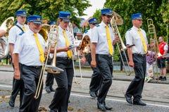 AABENRAA, DENEMARKEN - JULI 6 - 2014: Tambourkorpsen bij een parade bij stock foto's