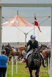 AABENRAA, DINAMARCA - 6 DE JULHO - 2014: Cavaleiros de participação em uma paridade Imagem de Stock Royalty Free