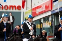 AABENRAA, DINAMARCA - 6 DE JULHO - 2014: Cavaleiros de participação em uma paridade Imagens de Stock