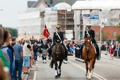 AABENRAA, DINAMARCA - 6 DE JULIO - 2014: Escolta policial en un desfile en Foto de archivo libre de regalías
