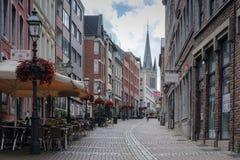 Aachen, Deutschland - 23. Juli 2017: Schmale Straße in der alten Stadt Lizenzfreie Stockfotos