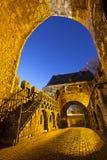 Aachen Ponttor på natten, Tyskland Royaltyfri Bild