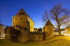 Aachen Ponttor på natten, Tyskland Arkivfoto