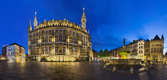 Aachen stad Hall And Fountain At Night, ledare Arkivbilder