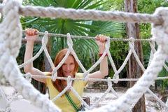 Aadventure Frau auf Dschungelseilbrücke Stockfotografie