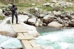 Aadventurous fotograf Aleem på farlig översvämmad flodflugsmälla Royaltyfria Foton