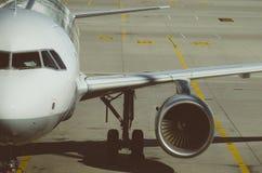 Aairplane på flygfält i flygplats Royaltyfri Bild