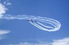 Aairplanes auf Flugschau mit rauchiger Spur Lizenzfreie Stockfotografie