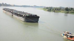 Aak en het vrachtschip van Tug Boat in Choaphraya-rivier in Ayutthaya Thailand stock videobeelden