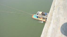 Aak en het vrachtschip van Tug Boat in Choaphraya-rivier in Ayutthaya Thailand stock footage