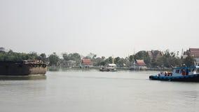Aak en het vrachtschip van Tug Boat in Choaphraya-rivier in Ayutthaya Thailand stock video