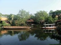 Aak en sleepbootboot in kanaal Stock Fotografie