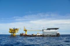 Aak en sleepbootboot in open zee, Olie en gasplatform in de golf of het overzees, de wereldenergie, de Zeeolie en de installatieb royalty-vrije stock afbeeldingen