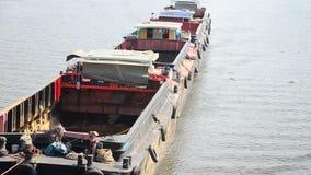 Aak en Sleepbootvrachtschip die in Chaophraya-rivier varen stock videobeelden