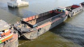 Aak en Sleepbootvrachtschip die in Chaophraya-rivier varen stock video